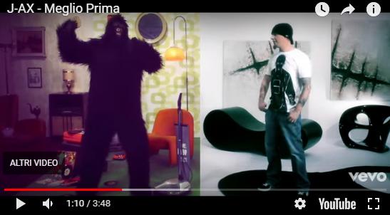 hara chair nel video di J.AX